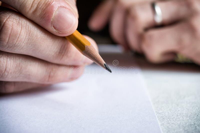 Blyertspenna i handman royaltyfria bilder