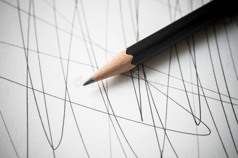 Blyertspenna med svart buktade linjer arkivfoton