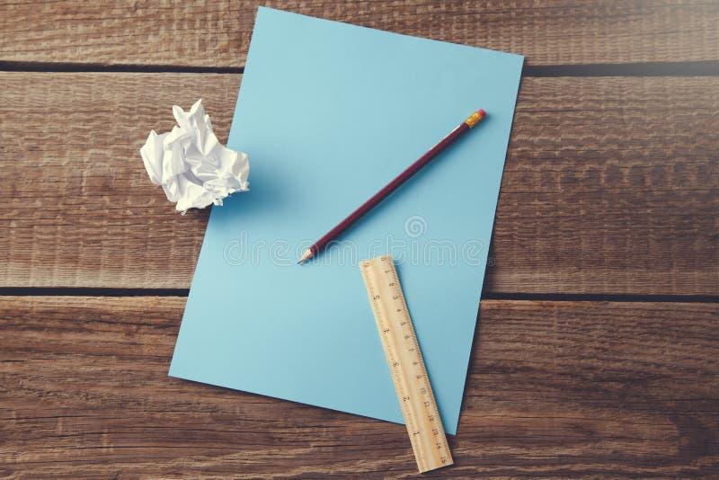 Blyertspenna och linjal på papper arkivfoto