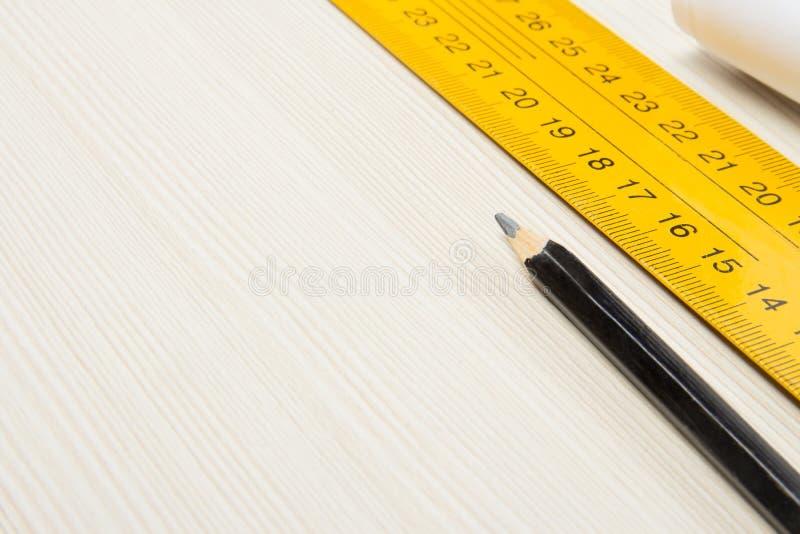 Blyertspenna- och linjalteckningshjälpmedel royaltyfri bild