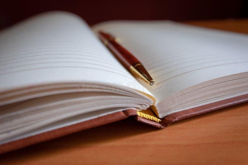 Blyertspenna på en tom tidskrift arkivfoton
