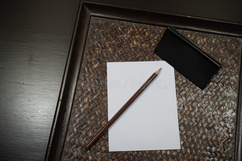 Blyertspenna som förläggas på vitbok arkivfoton