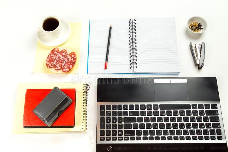 Blyertspennan är på anteckningsboken på arbetsplatsen fotografering för bildbyråer