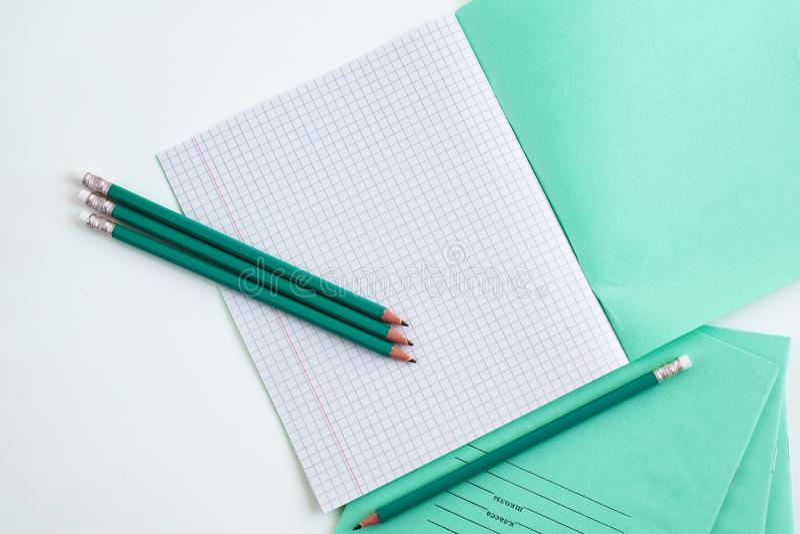 Blyertspennor bredvid skolaanteckningsboken royaltyfria foton
