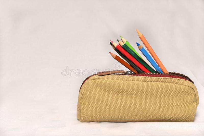 Blyertspennor case med blyerts på vit bakgrund arkivfoto