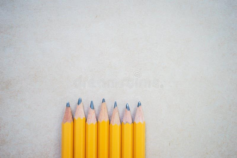 Blyertspennor för att skissa på papper med kopieringsutrymme, bästa sikt royaltyfri foto
