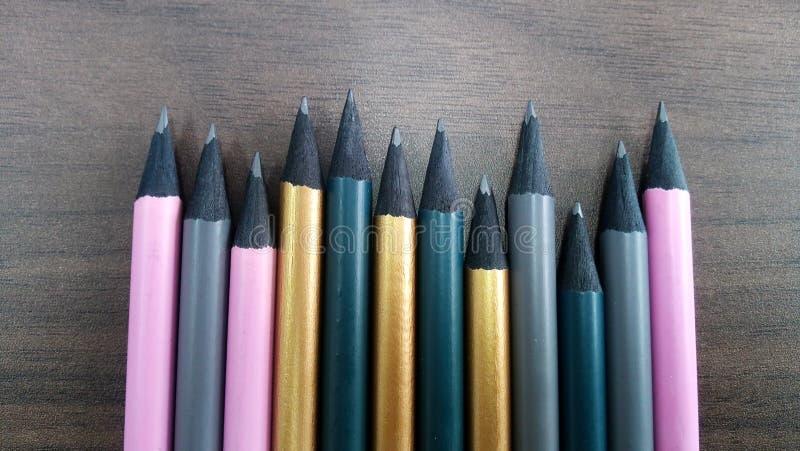 Blyertspennor i rad p? skrivbordet royaltyfri foto
