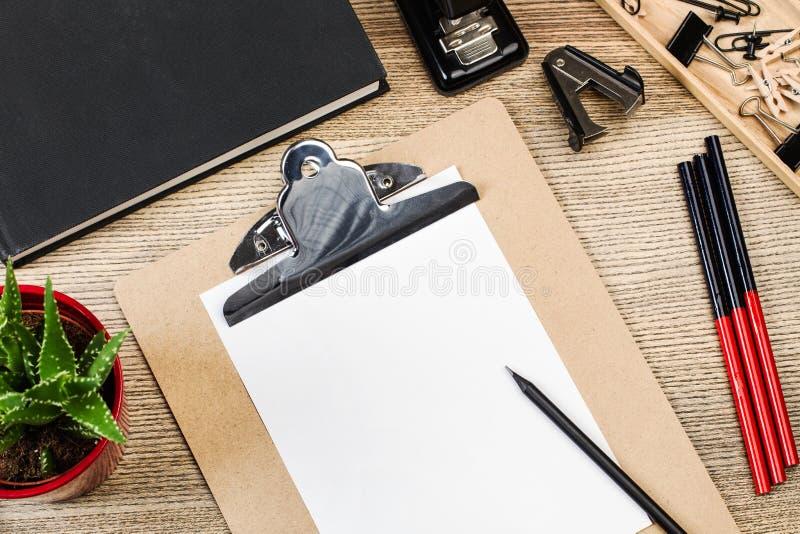 Blyertspennor, mapp och annat kontorsmaterial royaltyfri foto