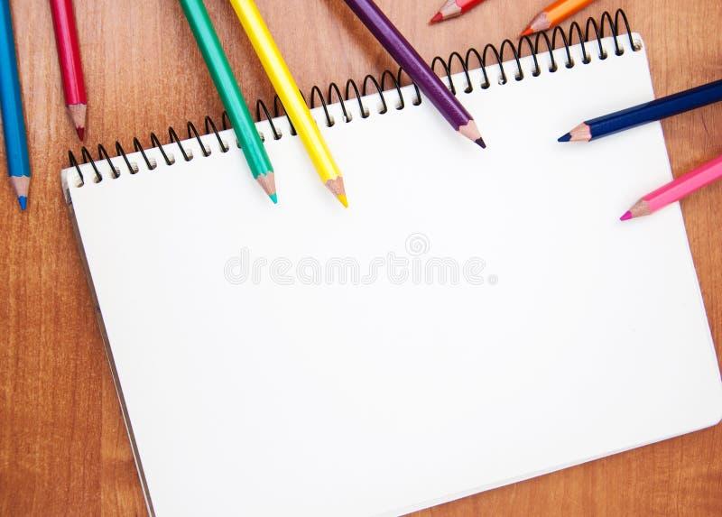 Blyertspennor och anteckningsböcker royaltyfri foto