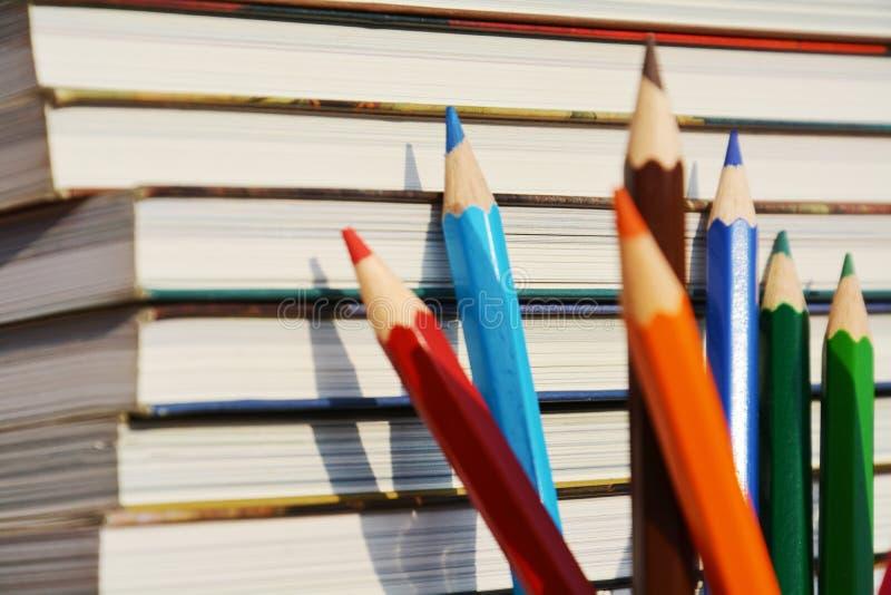 Blyertspennor och rått av böcker, bakgrund arkivfoton