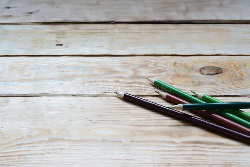 Blyertspennor på en träbakgrund royaltyfria bilder