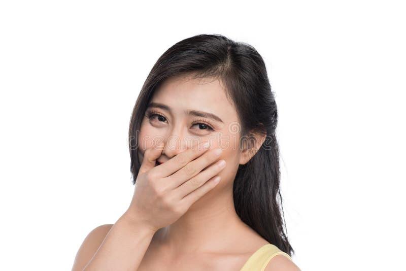 Blyg flicka för asiat som ler ståenden med händer i framsida arkivfoton