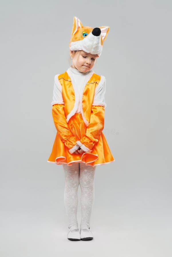 Blyg rödhårig flicka i en dräkt av kantareller royaltyfri foto