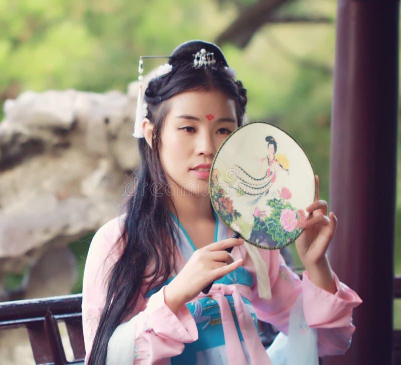 Blyg skönhet för Cosplay kines i traditionell forntida dramadräkthanfu royaltyfri bild