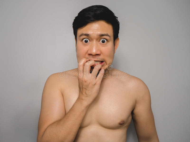 Blyg topless man arkivfoton