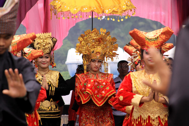 Blyg traditionell minangdansare som ser folkmassan royaltyfri bild