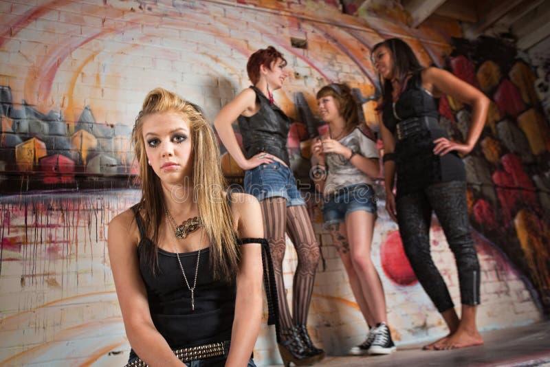 Blyg ung kvinna fotografering för bildbyråer