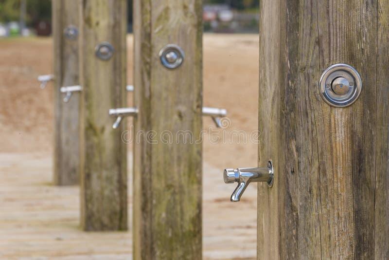 Blygd- duschar i rad arkivfoto