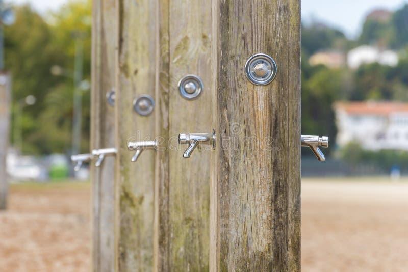 Blygd- duschar i rad fotografering för bildbyråer