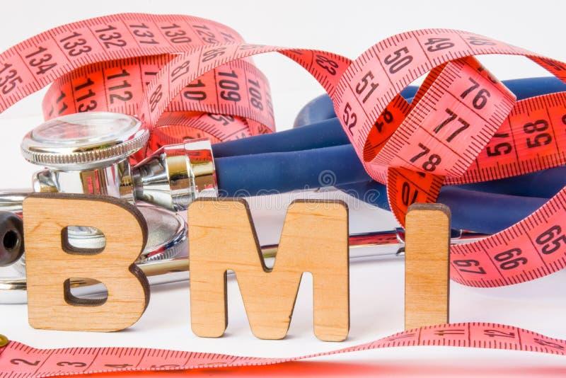 BMI或身体容积指数简称或首字母缩略词照片概念在医疗诊断或营养,饮食方面 词BMI在背景 免版税库存照片
