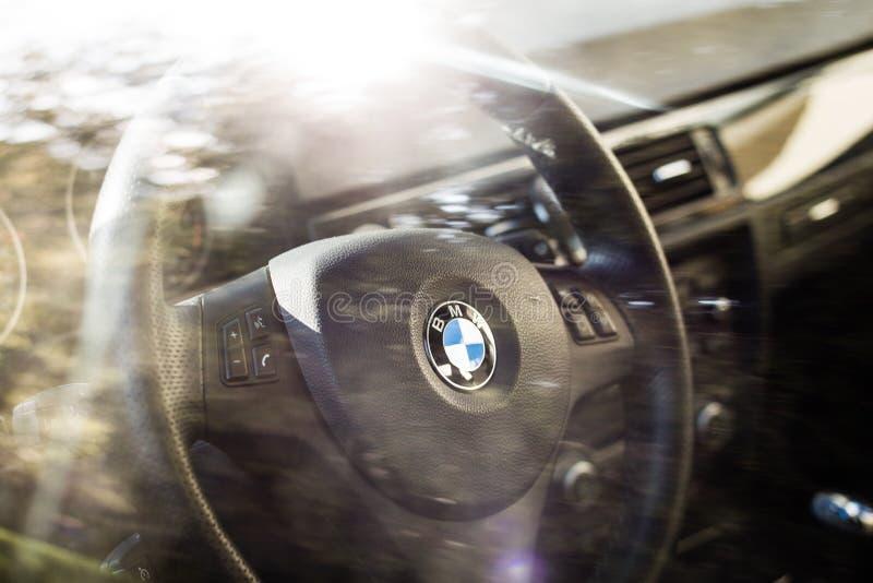 BMW 3唔interiour和方向盘剧烈的射击  库存图片