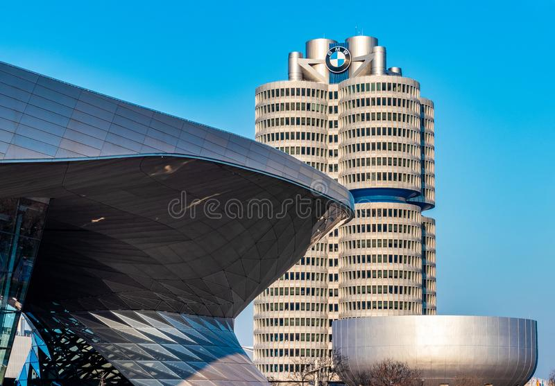 BMW bård i munich på den guld- timmen med en härlig himmel royaltyfria foton