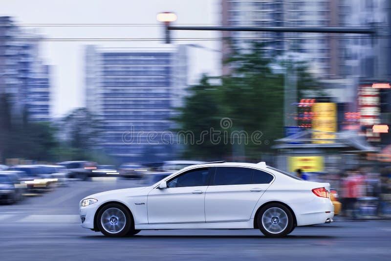 BMW base do longwheel de 5 séries no centro da cidade durante o crepúsculo, Pequim, China fotografia de stock