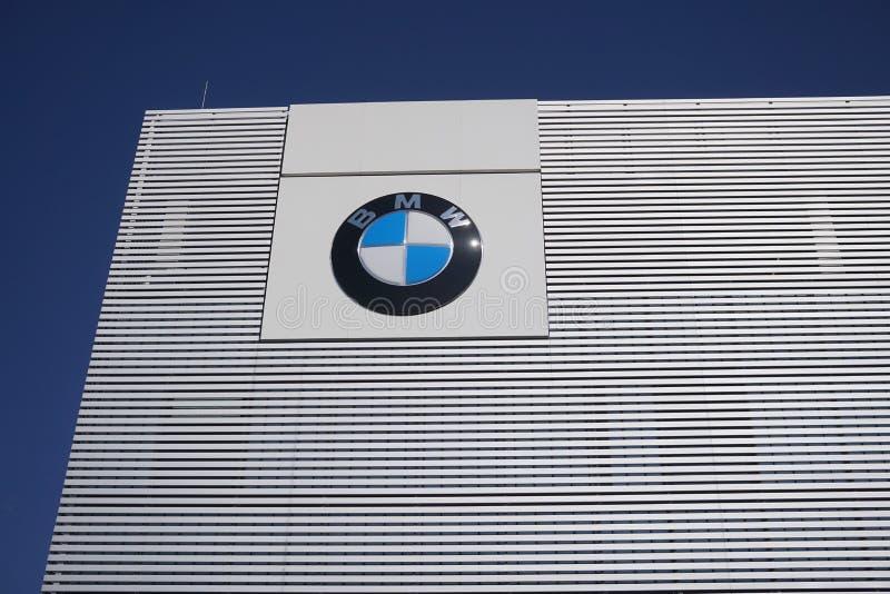 Bmw-Bewegungsfirmenzeichen außerhalb eines Auto-Vertragshändlers stockfotos