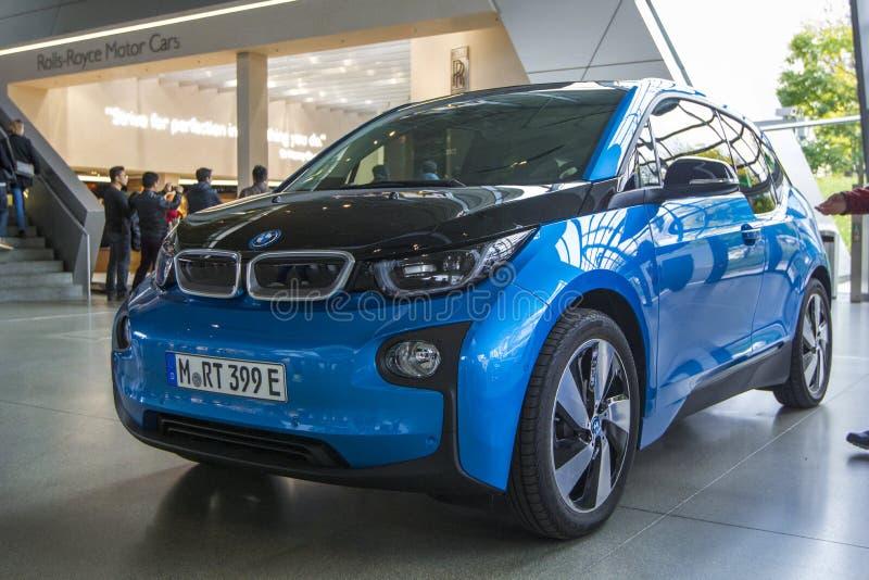 BMW bonde azul i3 na EQUIMOSE de BMW do centro de exposição, vista dianteira, Munich, Alemanha imagem de stock royalty free