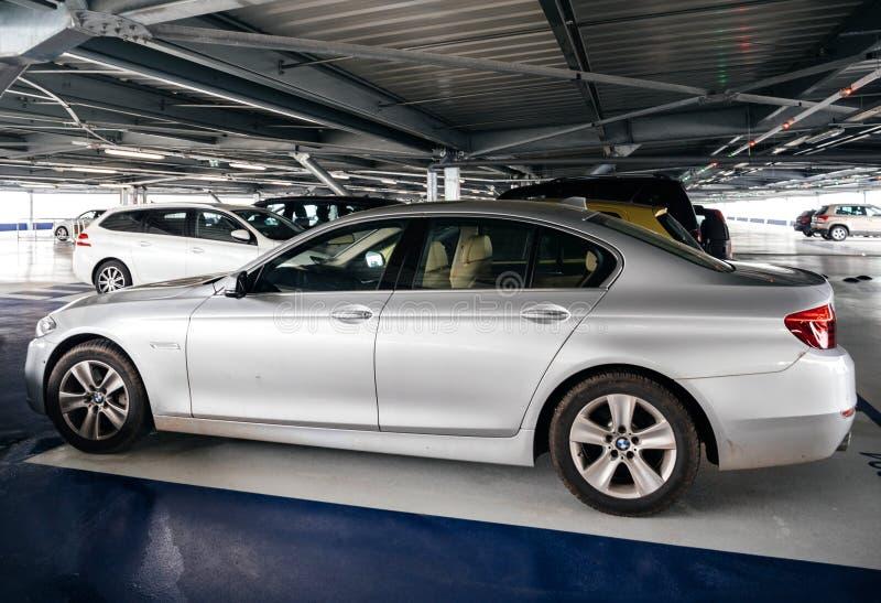 BMW d'argento parcheggiato su parcheggio dell'aeroporto fotografia stock libera da diritti