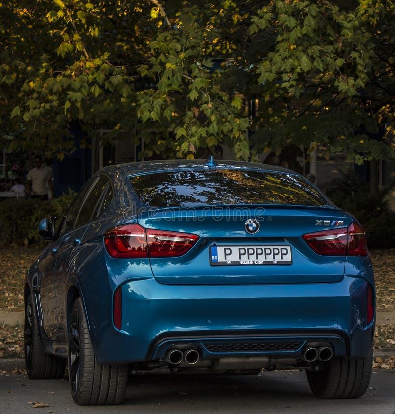 BMW in de stad Ruse Bulgarije wordt geschoten dat stock fotografie