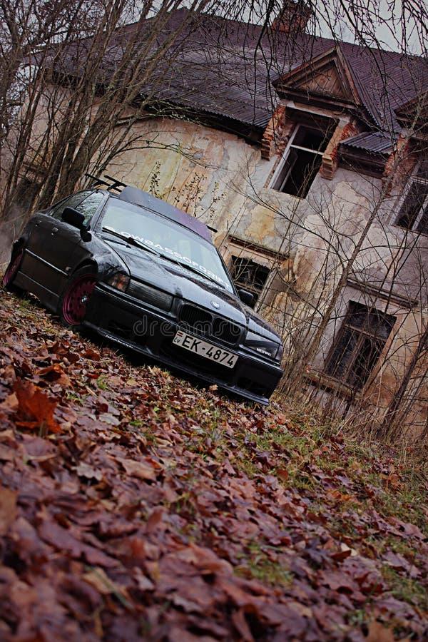 BMW e36, de girlcar herfst, donker stock fotografie