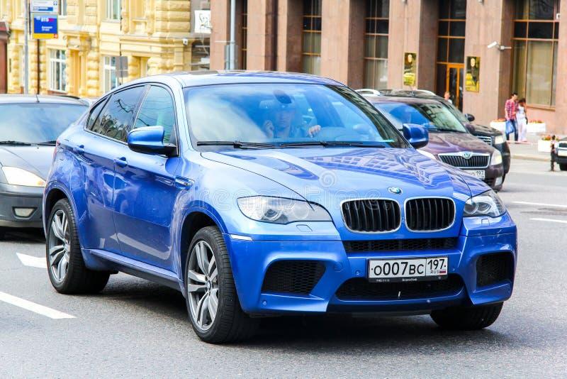 BMW E71 X6M. Москва, Россия-2 июня 2013: автомобиль BMW E71 X6M на городской улице роялти бесплатные стоковые изображения