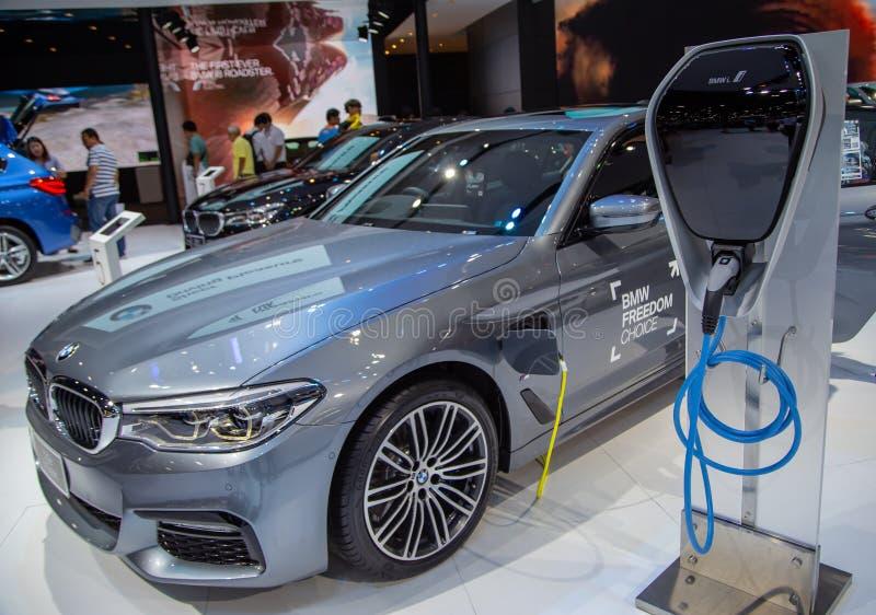 BMW 530e M Sport com ponto de carregamento imagens de stock royalty free
