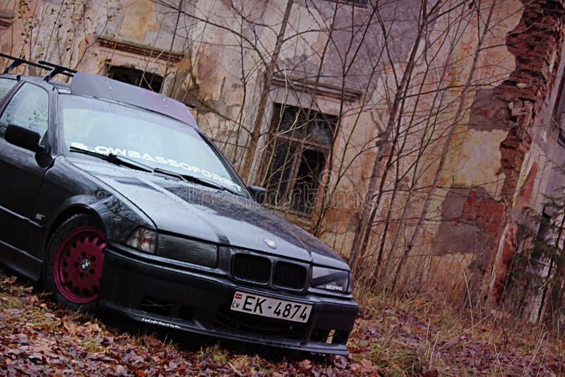 Bmw e36, осень, girlcar, мрачно. Bmw e36 1991, седан, дрифткар, осень в Латвии, темно-симпатичный Сток-фотография без роялти