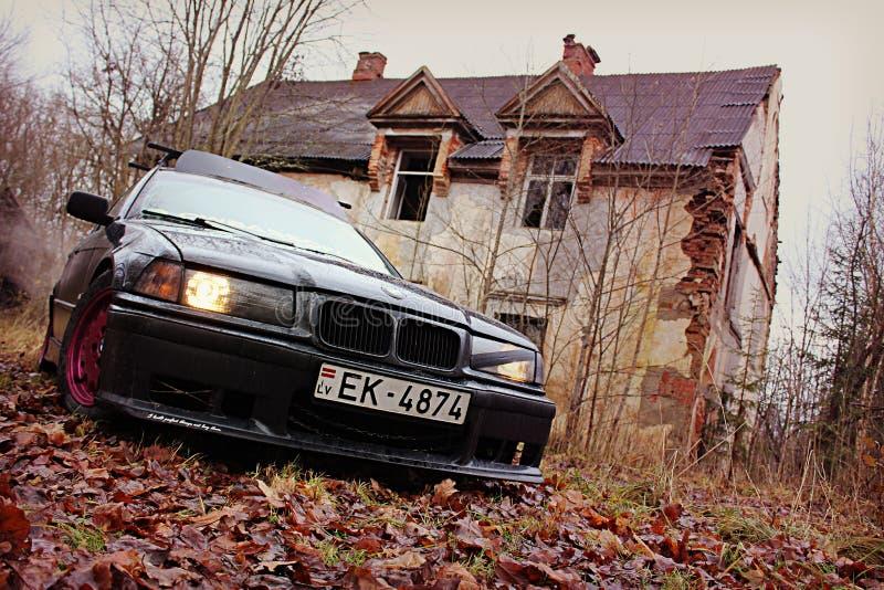 Bmw e36, осень, girlcar, мрачно. Bmw e36 1991, седан, дрифткар, осень в Латвии, мрачно милые стоковые изображения