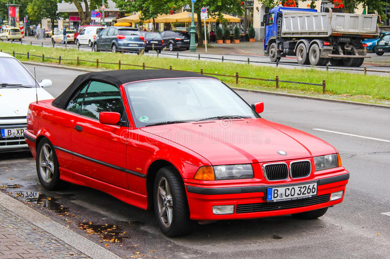 BMW E36 3-й серии. Берлин, Германия - 10 сентября 2013: автомобиль BMW E36 3-series at the city street Сток-фотография без роялти