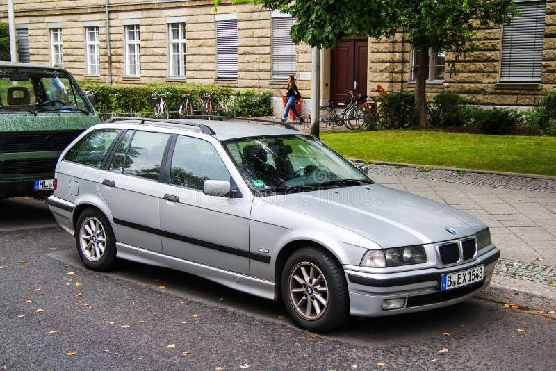 BMW E36 3-й серии. Берлин, Германия-10 сентября 2013 года: автомобиль BMW E36 3-series на городской улице стоковые фотографии