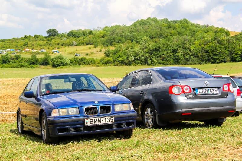 BMW E36 3-й серии. Будапешт, Венгрия-26 июля 2014 года: автомобили BMW E36 3-series и Volkswagen Jetta на травяном поле стоковые изображения