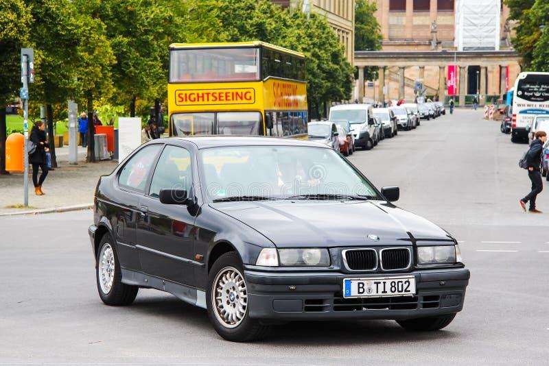 BMW E36 / 5 3-series Compact. Берлин, Германия-12 сентября 2013: автомобиль BMW E36 / 5 3-series Compact in the city street роялти бесплатные стоковые изображения