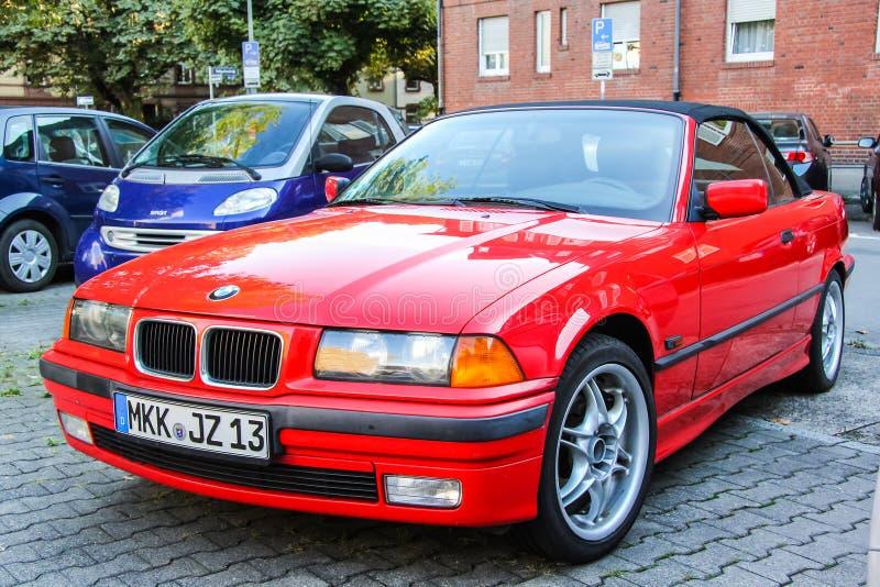 BMW E36 3-й серии. Франкфурт-на-Майне, Германия-13 сентября 2013 года: автомобиль BMW E36 3-series на городской улице стоковое изображение