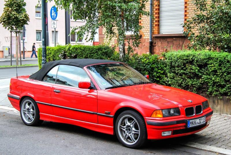 BMW E36 3-й серии. Франкфурт-на-Майне, Германия-15 сентября 2013 года: автомобиль BMW E36 3-series на городской улице стоковые фотографии