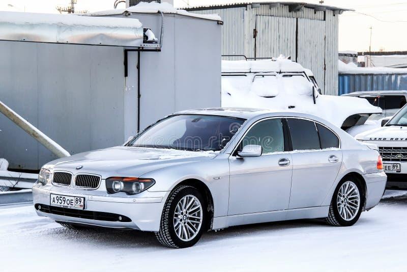 BMW E65 7-й серии. Новый Уренгой, Россия-23 ноября 2013 года: автомобиль BMW E65 7-й серии на городской улице стоковые изображения
