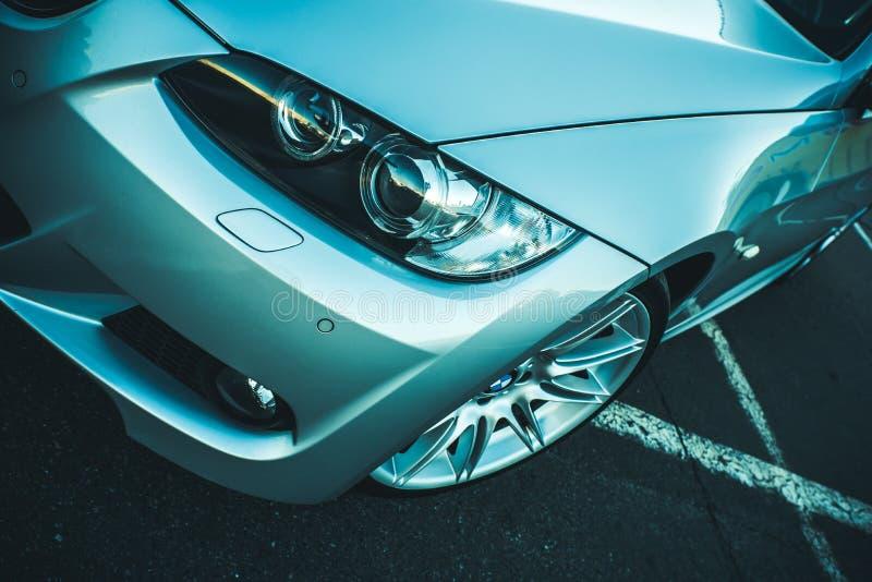 Фара BMW 330 крупным планом снята. BMW sports car front angle крупным планом выстрел из левой фары, капота и бампера Сток-фотография без роялти