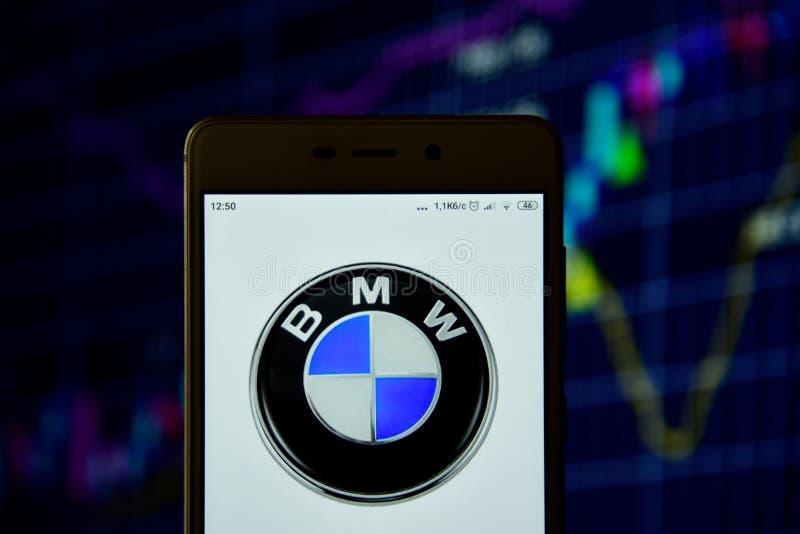 BMW-het embleem wordt gezien op een smartphone royalty-vrije stock foto