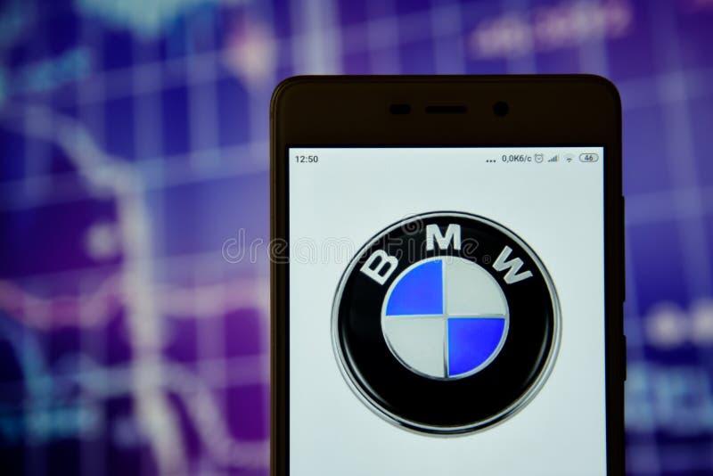 BMW-het embleem wordt gezien op een smartphone stock fotografie