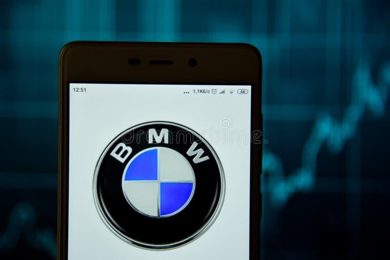 BMW-het embleem wordt gezien op een smartphone stock foto's