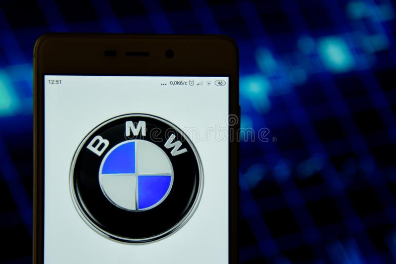 BMW-het embleem wordt gezien op een smartphone royalty-vrije stock afbeeldingen