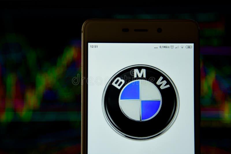 BMW-het embleem wordt gezien op een smartphone royalty-vrije stock foto's