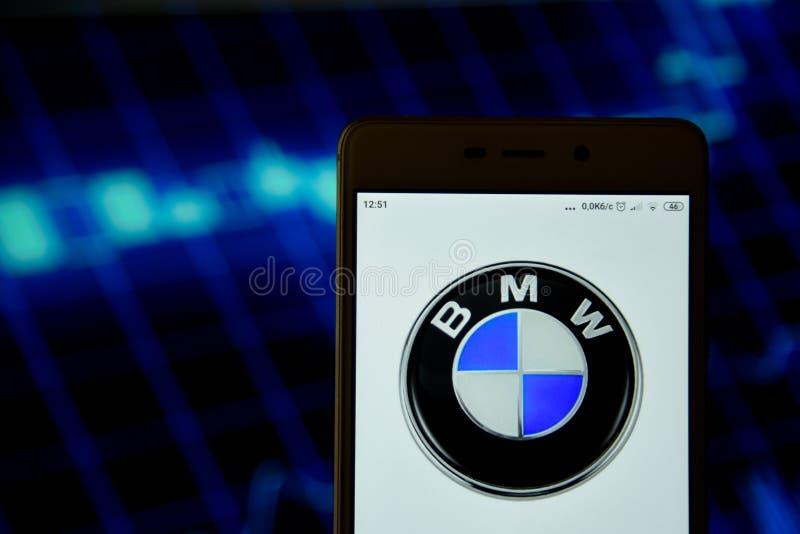 BMW-het embleem wordt gezien op een smartphone stock foto